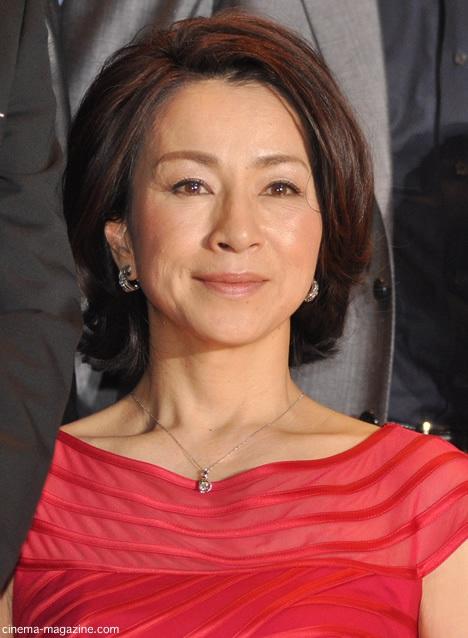 赤い衣装の原田美枝子