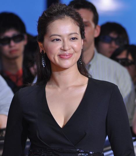 黒ドレスを着る黒谷友香