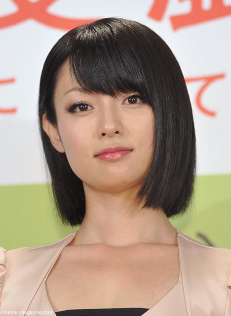 黒髪の落ち着いた雰囲気の深田恭子