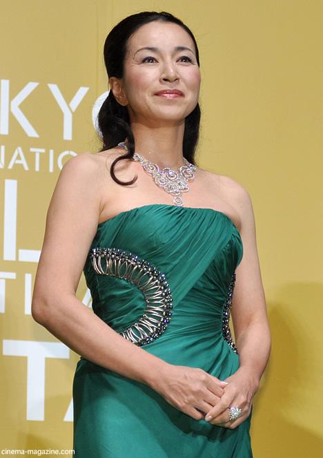 緑のドレスの原田美枝子